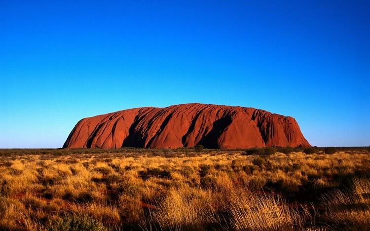 Гора Улуру считается священной у древнего народа Австралии