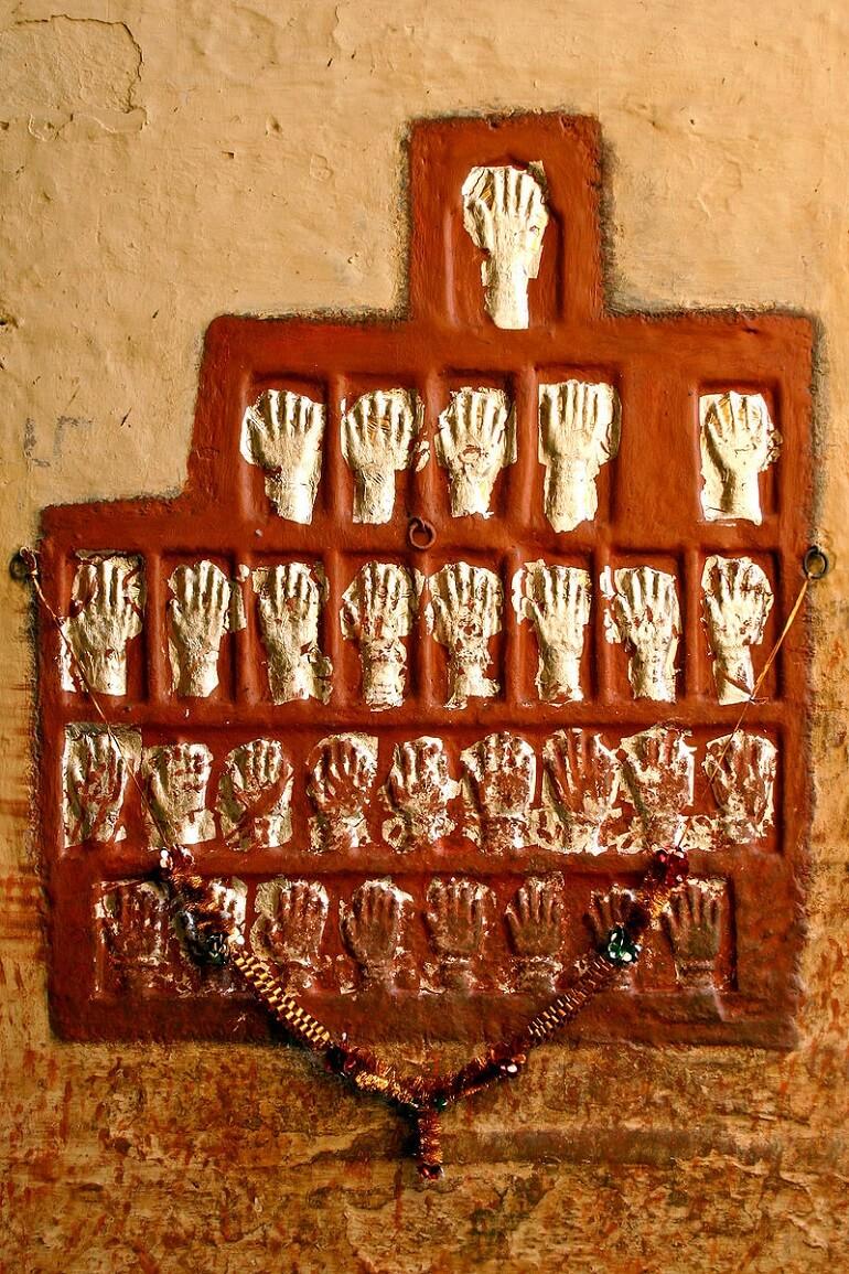 Отпечатки рук в склепе жён Махараджей Джодхпура