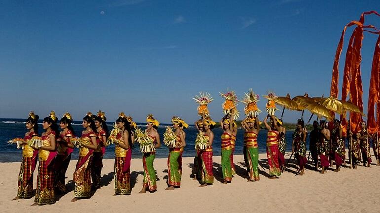 Ньепи предшествуют зрелищные шествия и церемонии