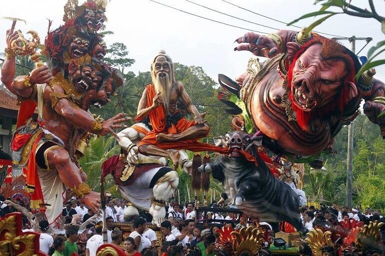 Парад фигур накануне Ньепи на Бали