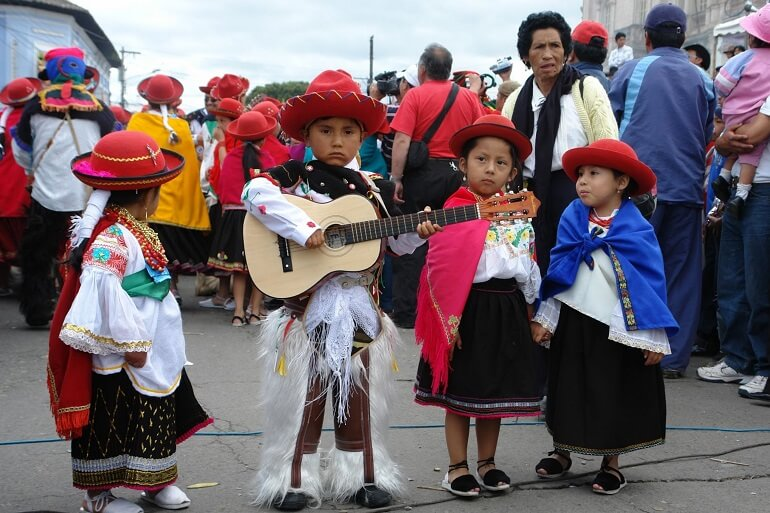 Маленькие эквадорцы на празднике