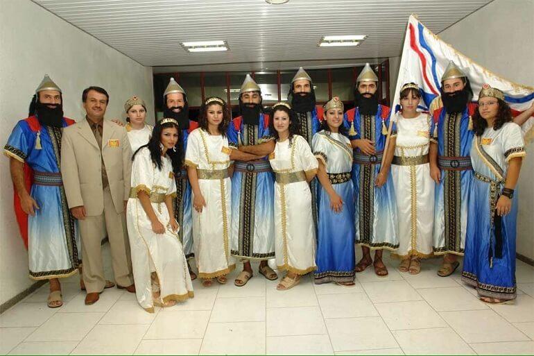 Современные ассирийцы в национальных костюмах