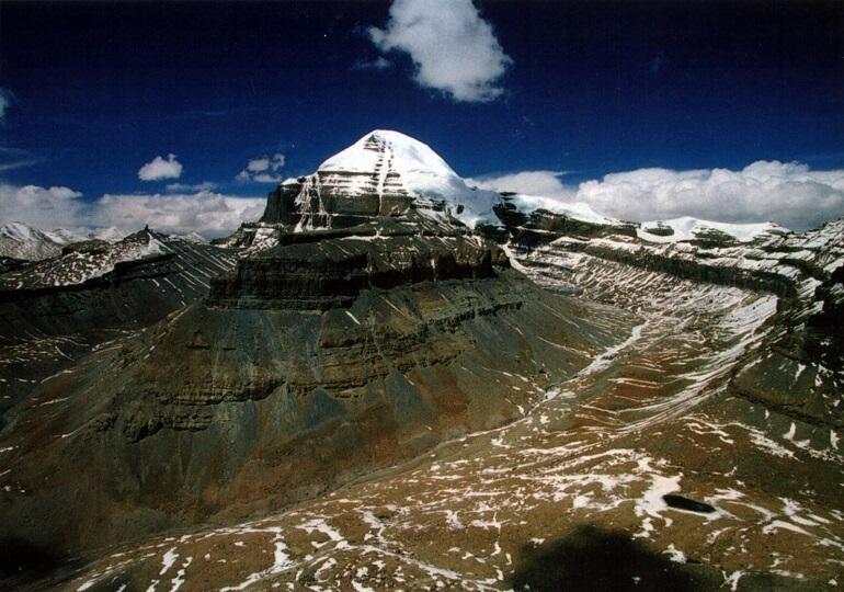 Кайлас - прекрасная гора, что считается священной