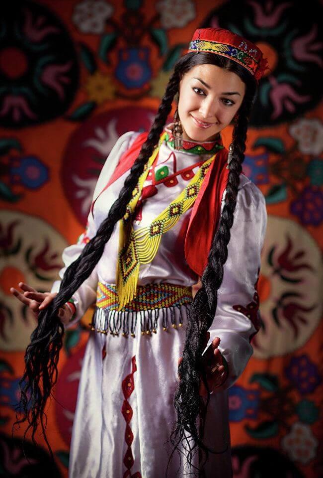 Таджикская девушка в национальном костюме