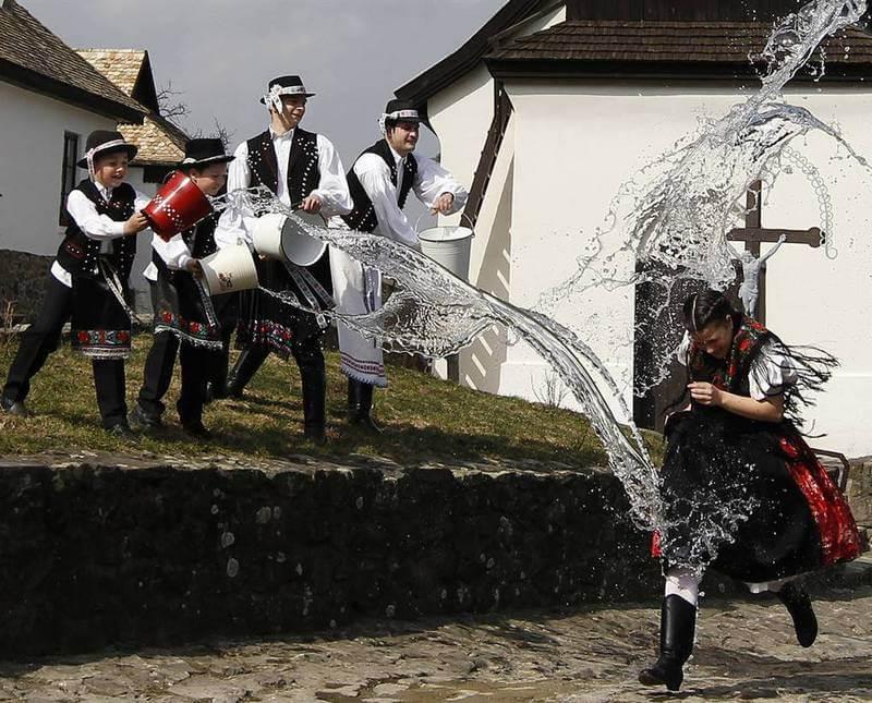 Обливание водой - одна из самых необычных пасхальных польских традиций