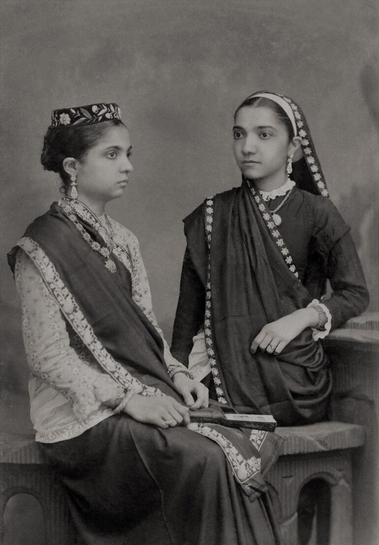Девушки парсы в традиционных нарядах
