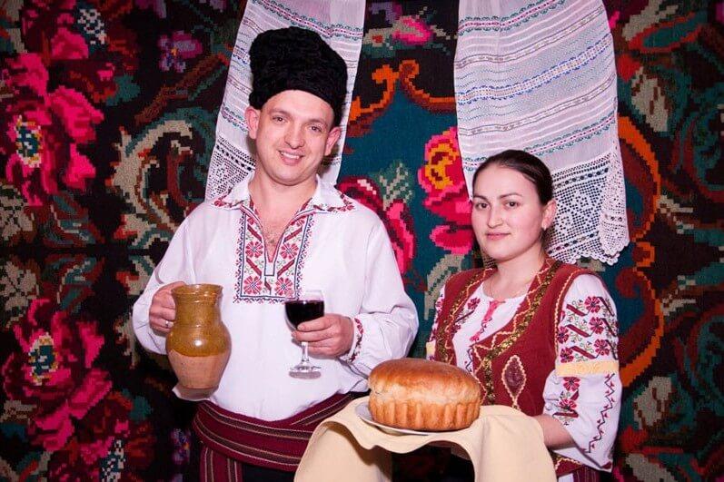 Гостей молдаване встречают пышным хлебом и вином