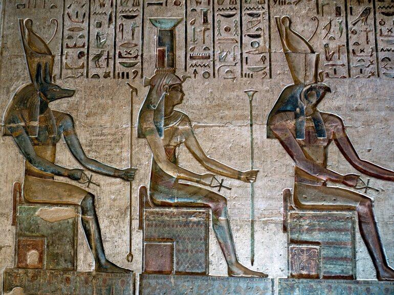 Изображение Нефтиды (в центре) в храме Сети I
