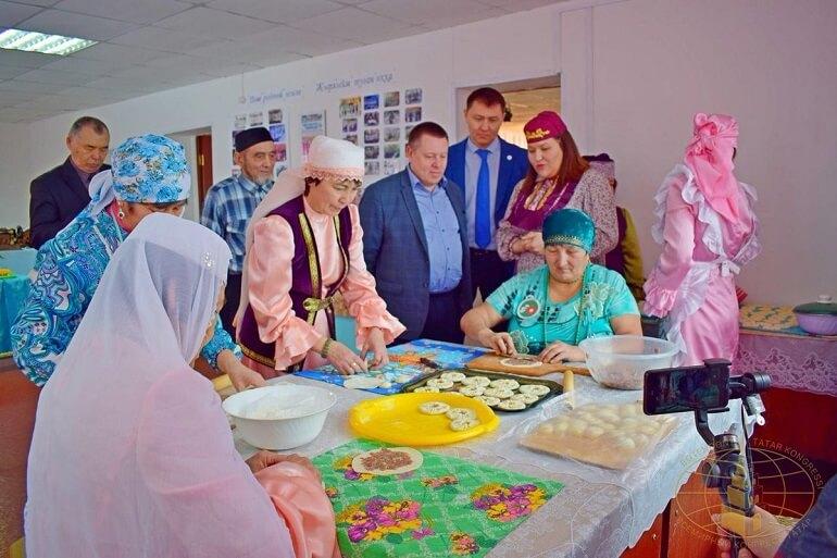 Сибирские татары готовят перемячи, традиционное блюдо
