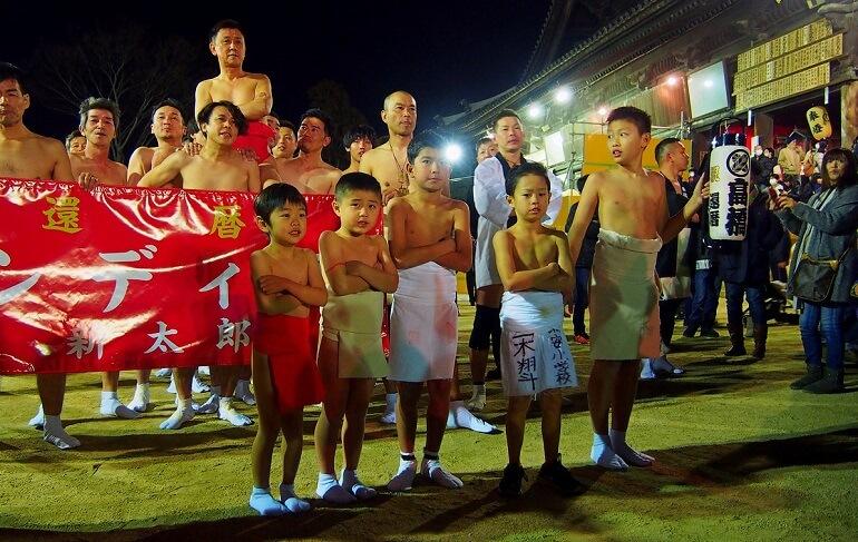 В фестивале Хадака мацури принимают участие и взрослые, и дети