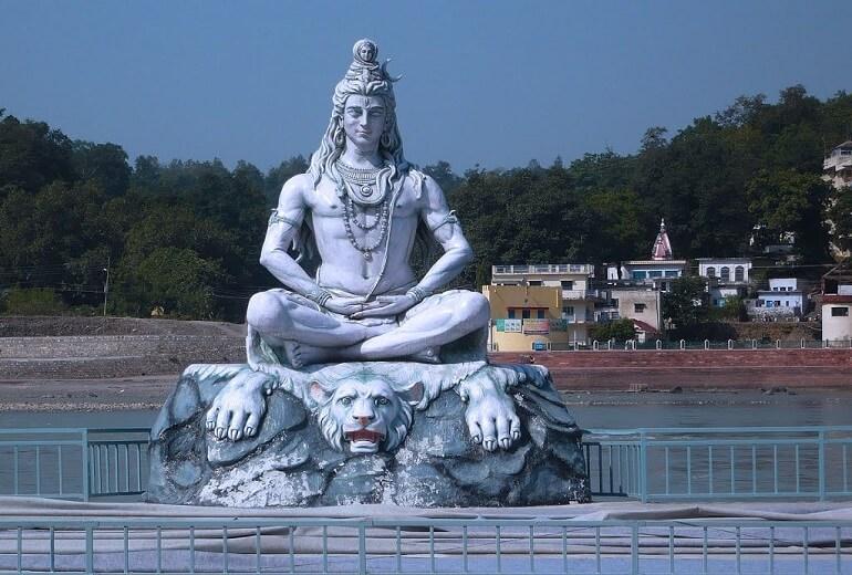 Огромная скульптура Шивы в индийском городе Ришикеш