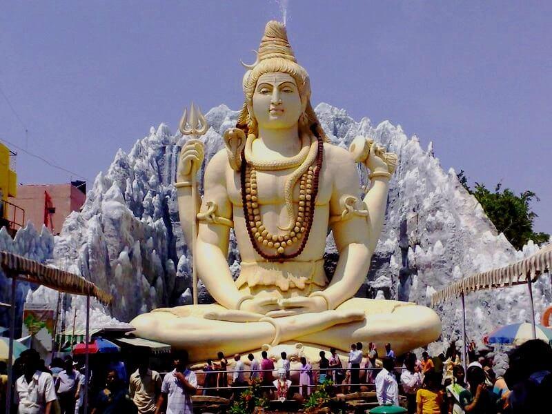 Празднование Махашиваратри возле скульптуры Шивы