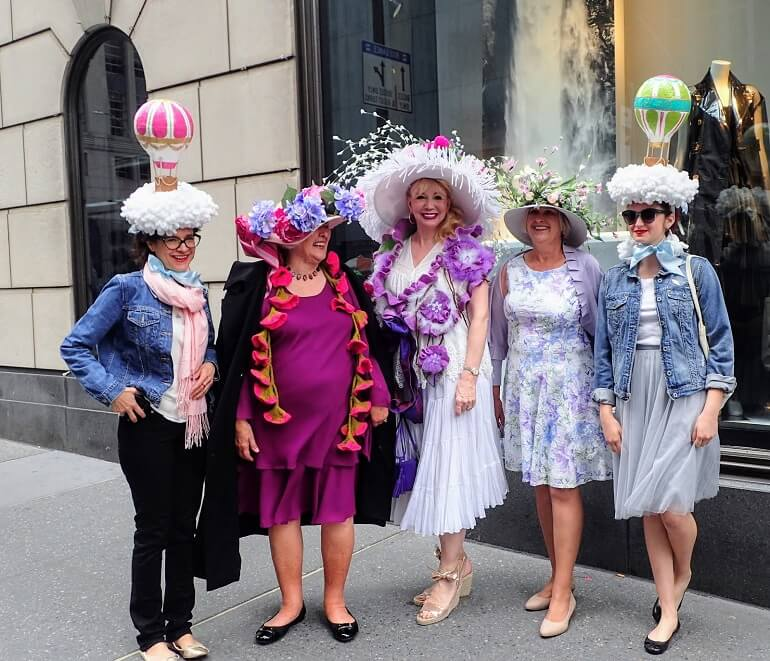 Француженки с удовольствием демонстрируют свои шляпки и наряды