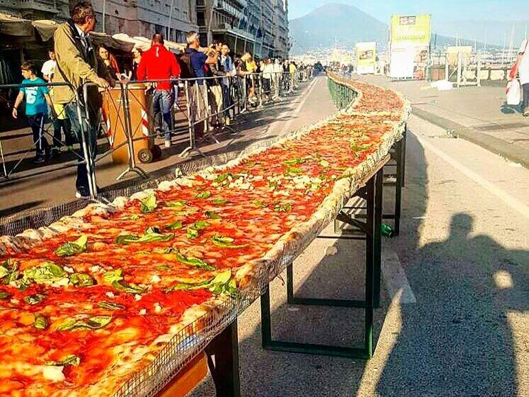 Огромная пицца на Фестивале в Неаполе