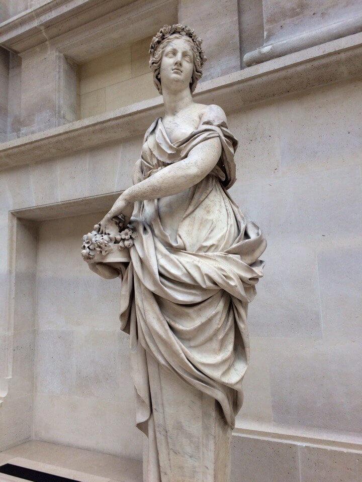 Скульптура Деметры в Лувре