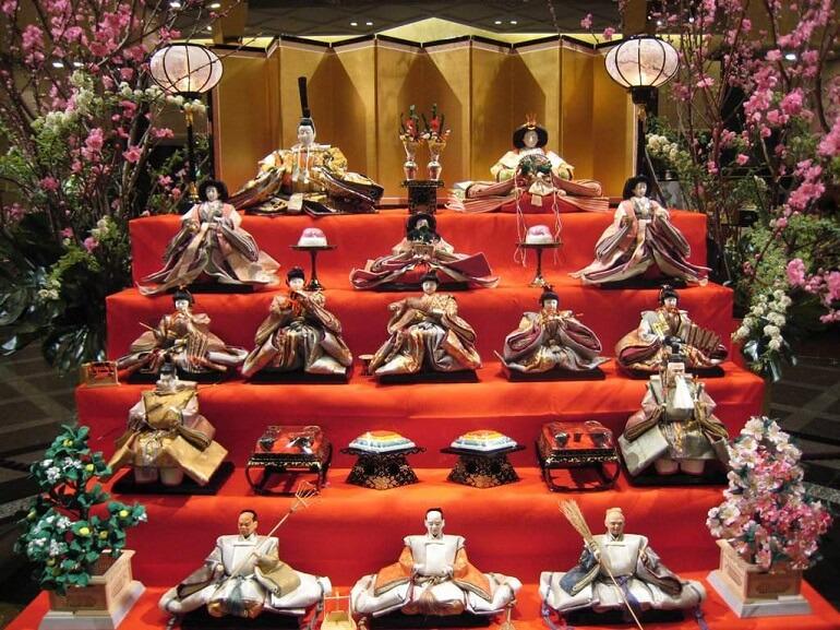 Такие кукольные пирамиды есть у многих японских девочек