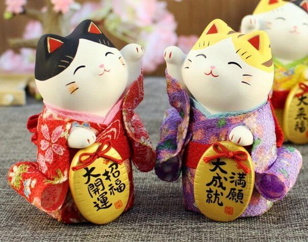 Кошка с поднятой лапкой - японский символ благополучия и богатства