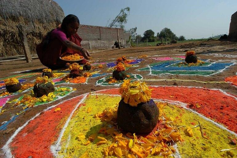 Вот такие узоры создают индийские женщины во время праздника