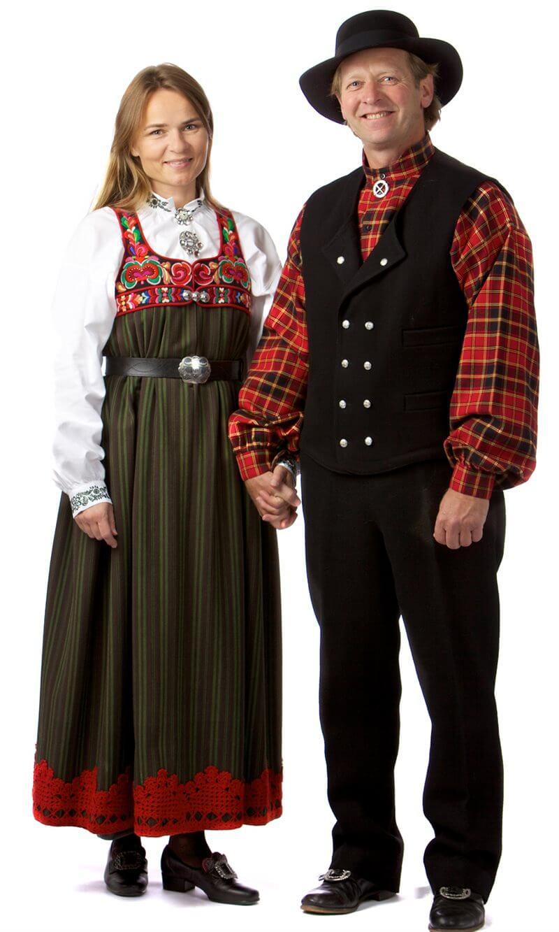 Финны в национальных костюмах