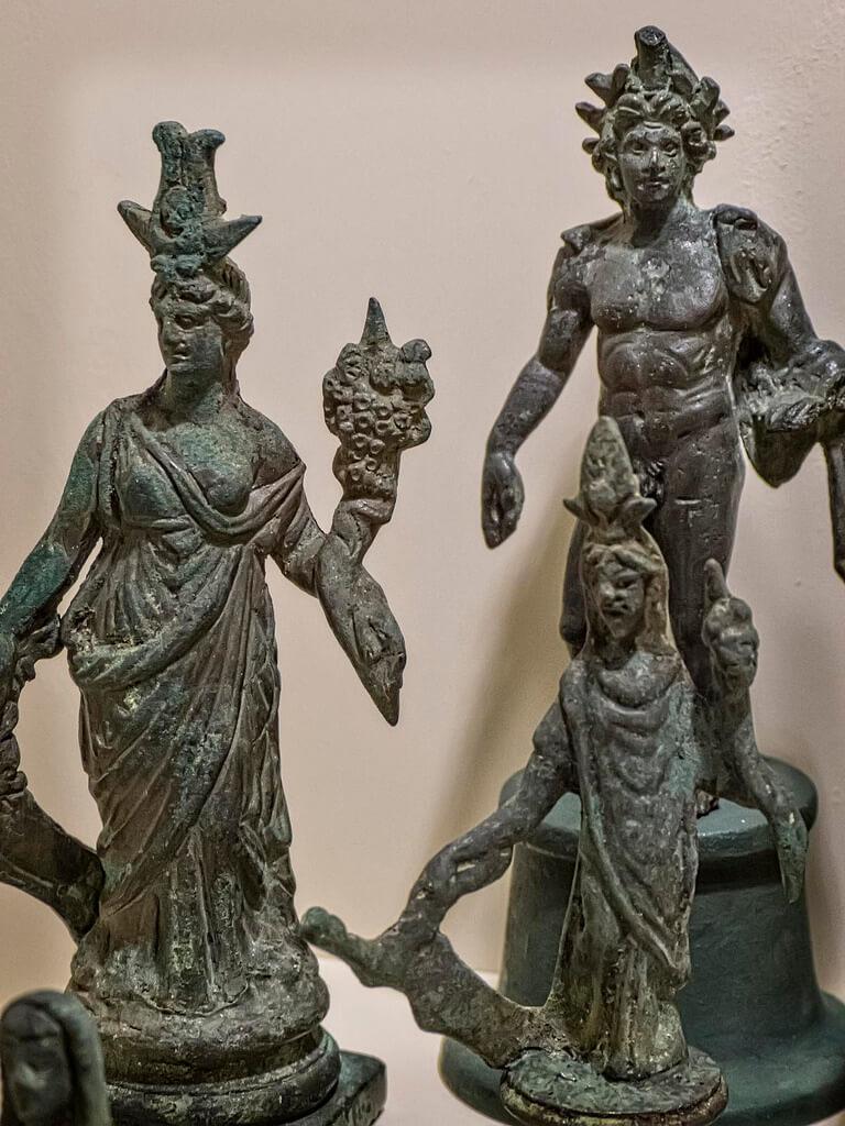 Пенаты и лары - древнеримские хранители семьи и дома