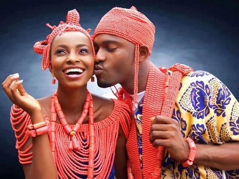 Жених и невеста игбо в традиционных нарядах