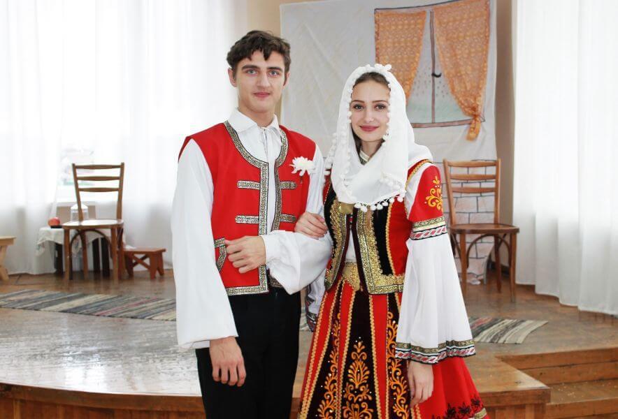 Жених и невеста в традиционных греческих нарядах