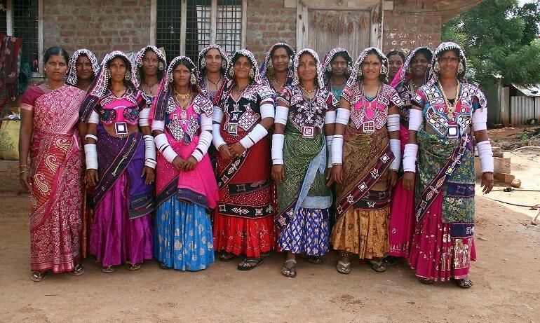 Женщины в традиционных банджарских костюмах