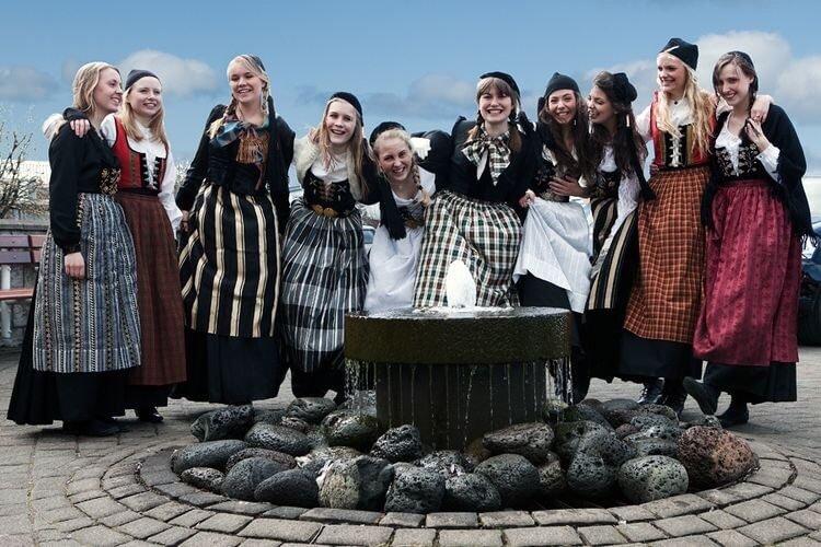 Исландские девушки в национальных костюмах