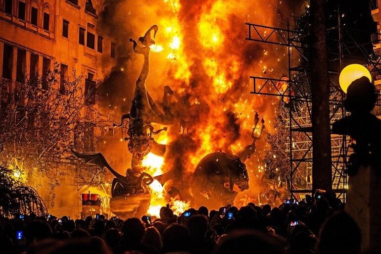 Кульминацией Фальяса становится сожжение скульптур