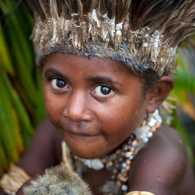 Мальчик из племени папуасов
