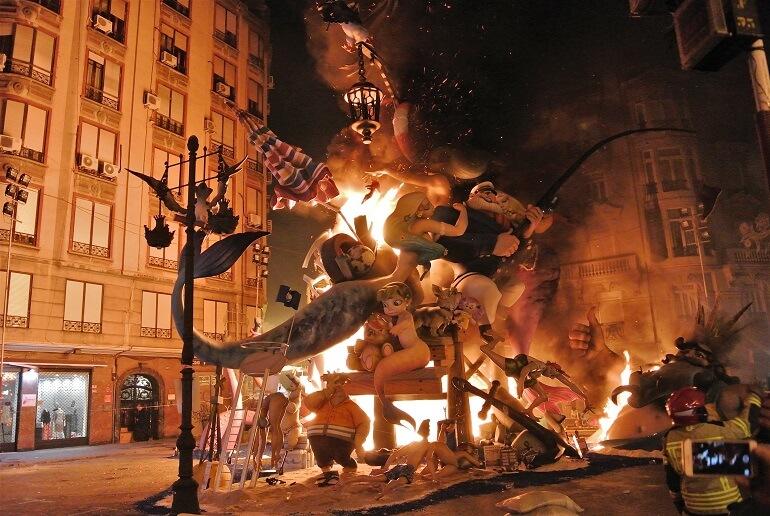 На Фальясе можно увидеть яркие огненные шоу