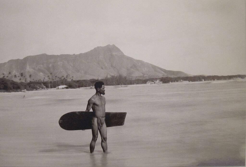 Анонимная фотография гавайца с доской для серфинга и бриллиантовой головой на заднем плане, около 1890 года, Музей Бишопа (Гавайи)