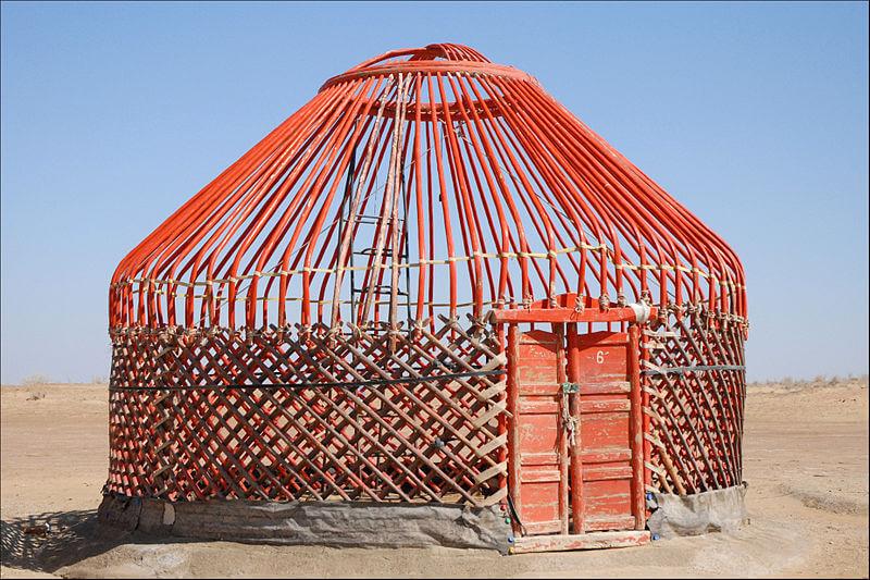 Деревянный каркас юрты в пустыне Хорезм, Узбекистан войлочные пластины затем подвешиваются на деревянные стержни