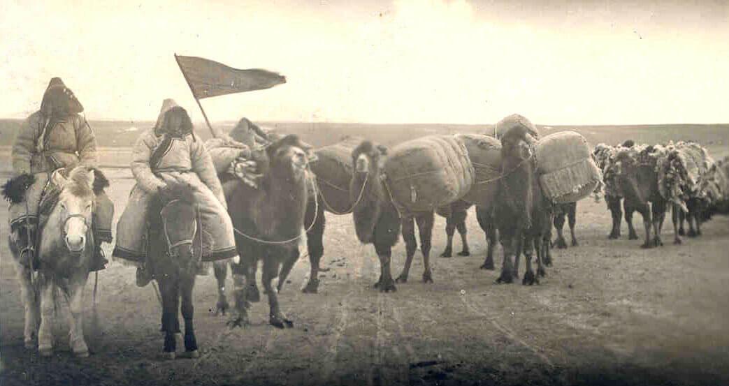Это фотография ойратского каравана. Кочевники, скорее всего из Китая или Монголии, идут в город, чтобы вести торговлю товарами. Дата и издатель неизвестны.