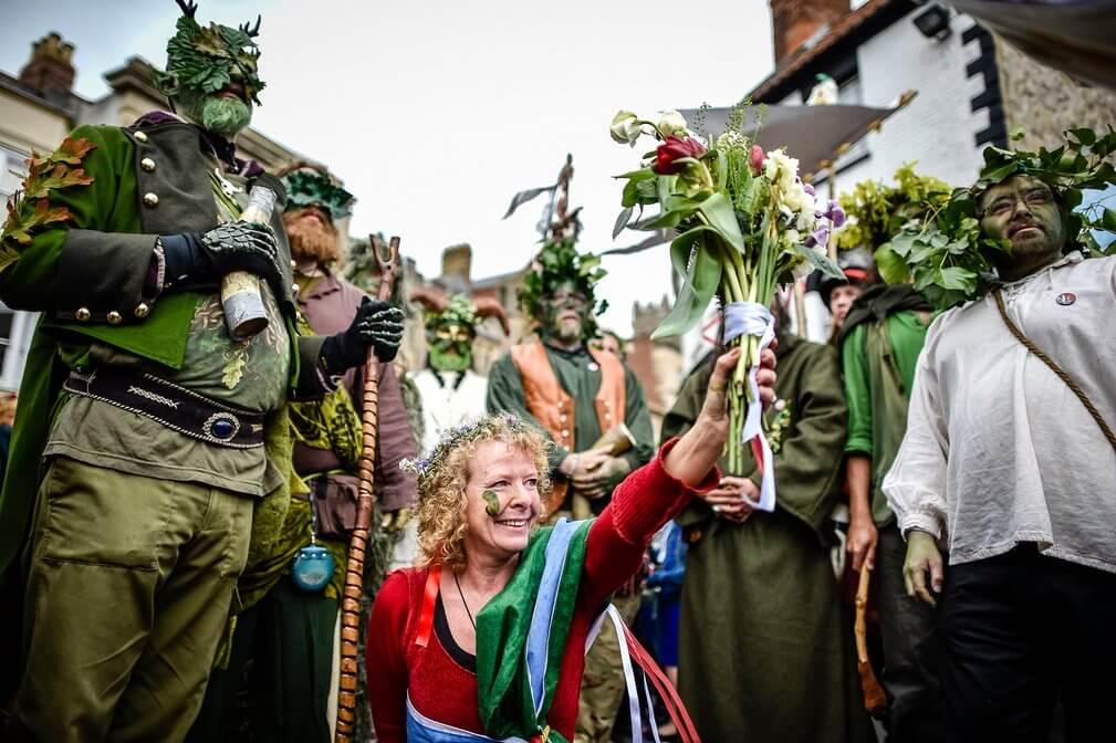 гости празника белтейн в костюмах на лесной матив
