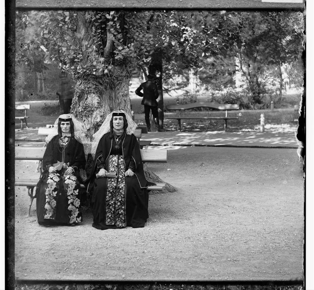 Грузинские женщины в праздничном наряде в парке Боржоми