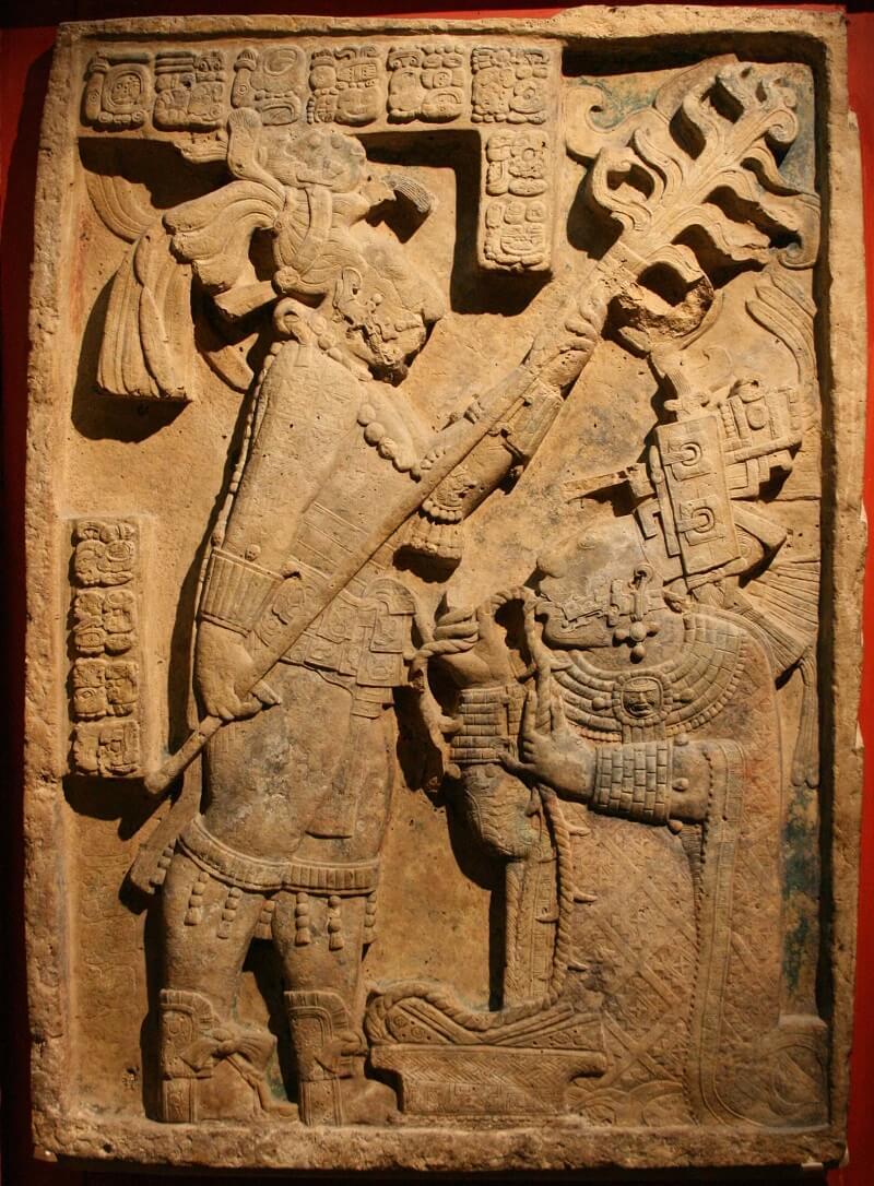 Майанская королева совершает религиозный обряд самоистязания — пропускает канат через язык.