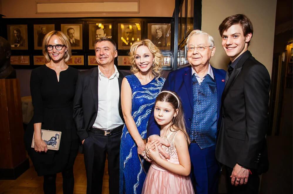 Олег Павлович с женой Мариной Зудиной,сыновьями Антоном и Павлом, дочкой Машенькой и невесткой Анжеликой