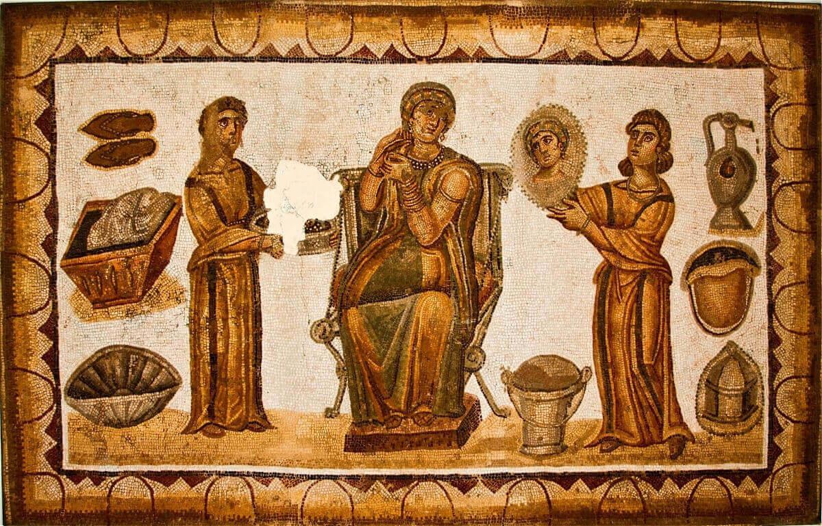 Римская мозаика, изображающая женщину и двух прислуживающих ей рабынь.