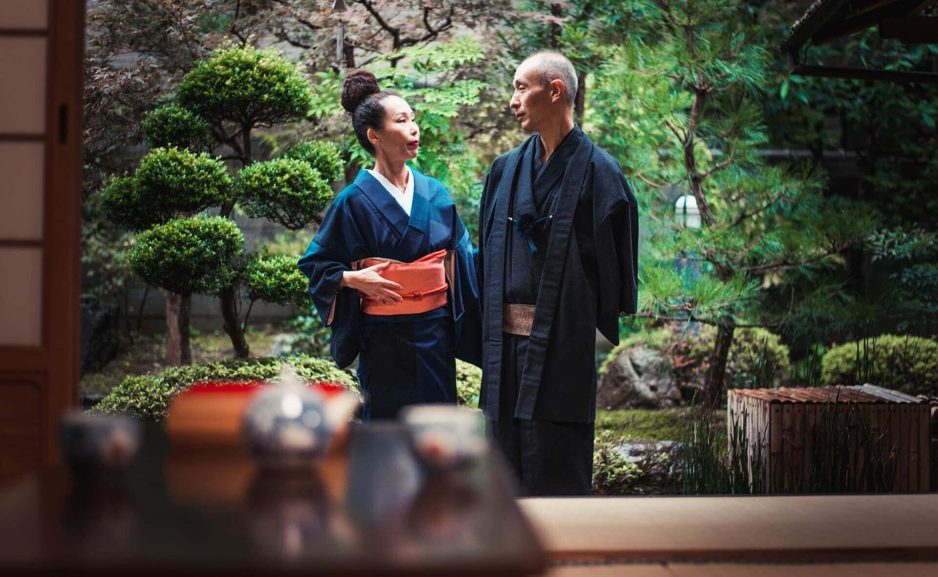 Семья японцев в традиционном японском доме