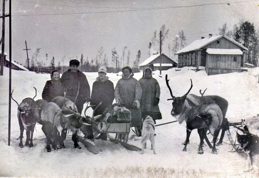 Трое русских (слева) и двое манси на севере Свердловской области