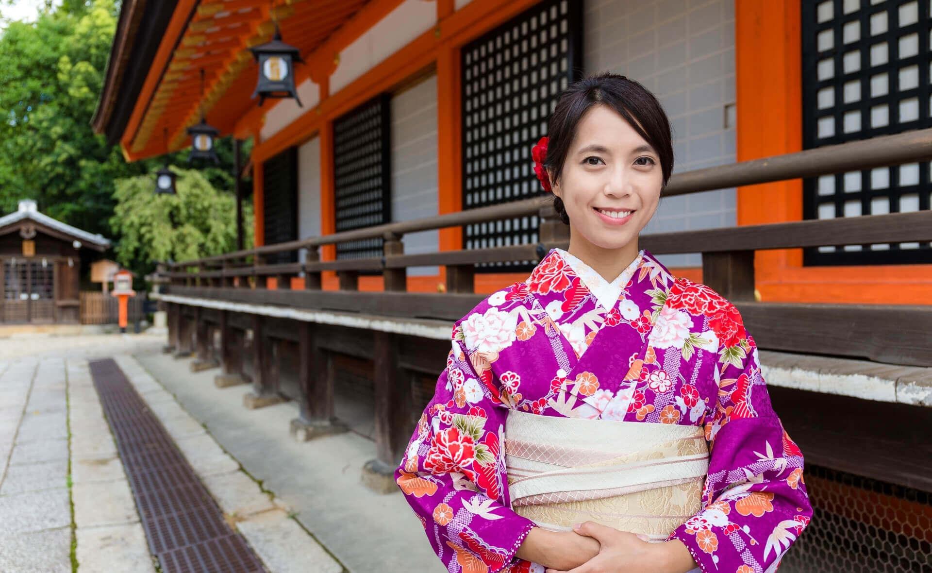 Японская девушка в традиционном японском одеянии