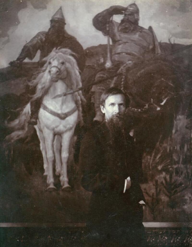 Фото Виктора Васнецова на фоне картины «Богатыри»
