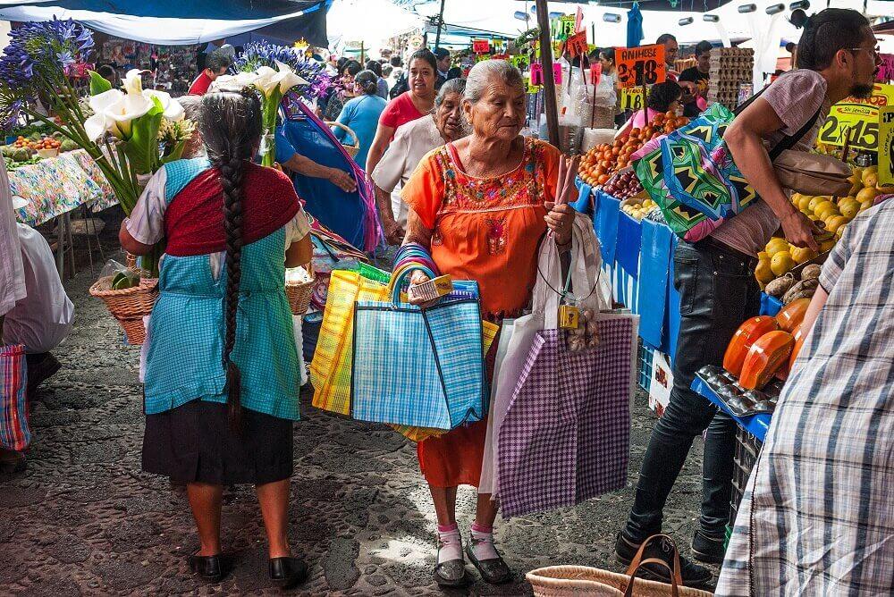 мексиканцы на Центральный рыноке в Тепозтлане, Мексика happysleepy.com