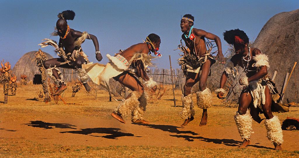 Многие африканские танцы включают прыжки, в том числе ритуальные танцы зулусов. Натала, Южная Африка.Hein wasch