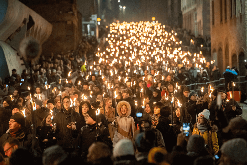 Огненное шествие во время Хогманай в Шотландии