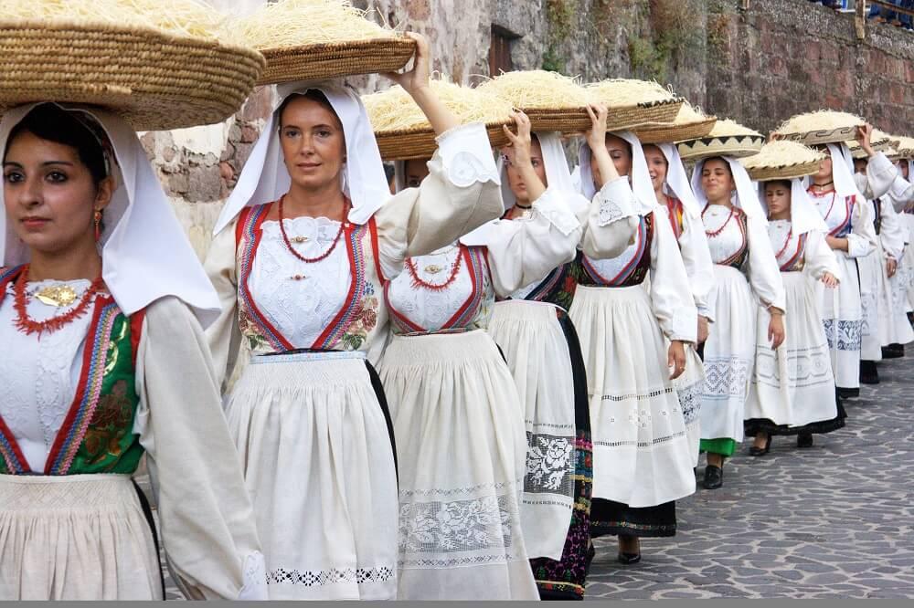 Часто в током наряде женщины сардинии ходят дома