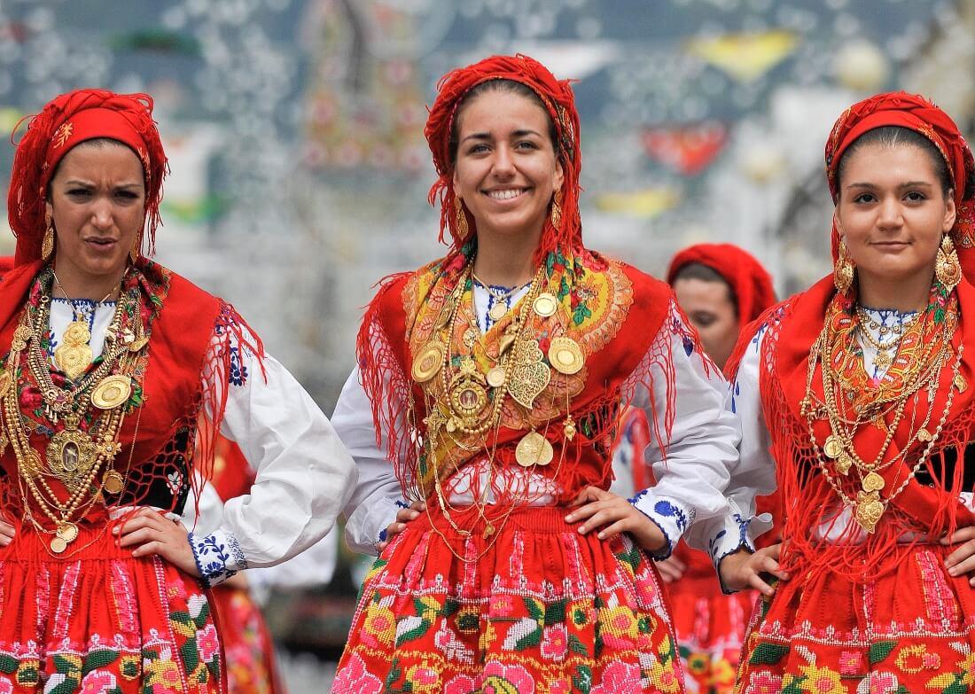 Девушки в традиционных костюмах Португалии на празднике Romaria de Nossa Senhora da Agonia / ineews.eu