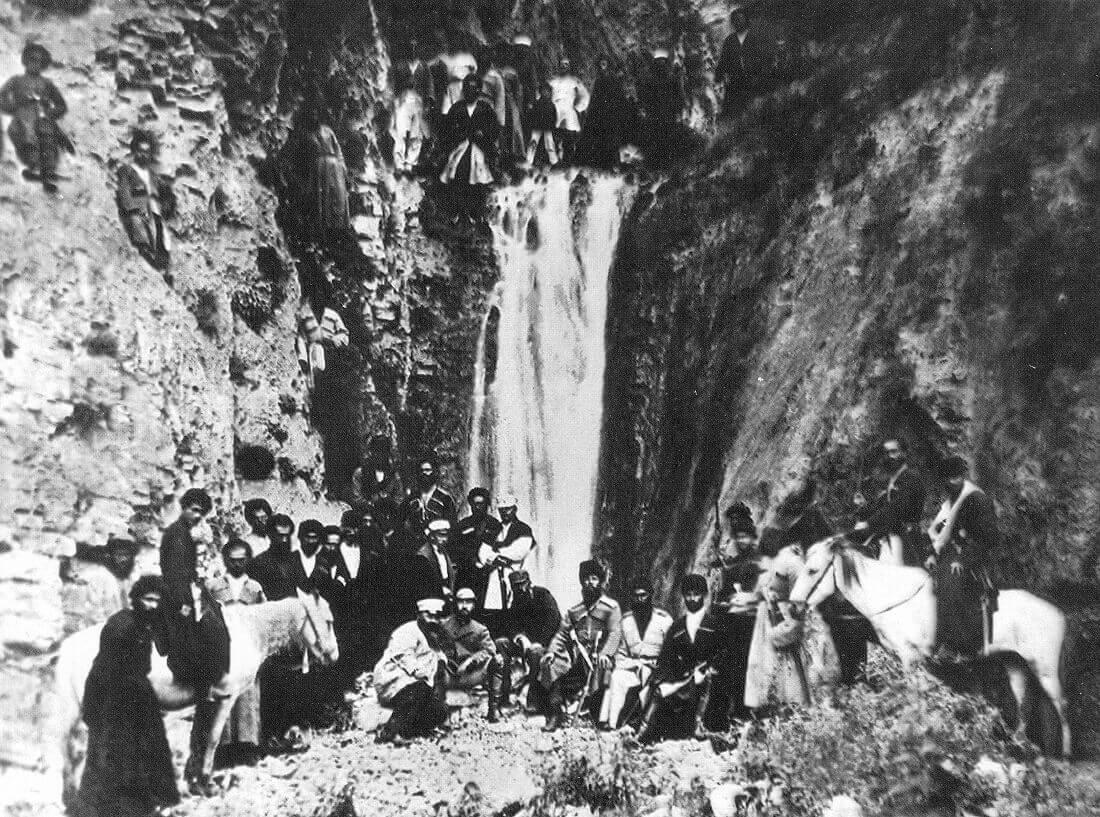 Дмитрий Иванович Менделеев вместе с горцами-ингушами у Фуртоугского водопада во время научной экспедиции