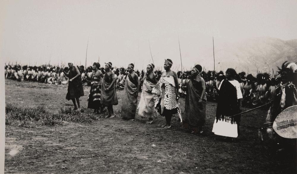 Группа танцующих женщин во время танцевальной вечеринки в Свазиленде